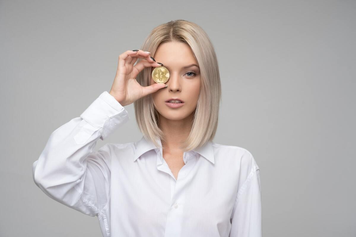 お金を持っている女性